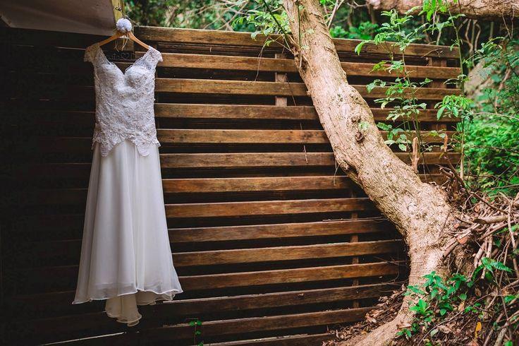 Vestido de noiva . Cabide. Rústico. Decoração e cerimonial por Amanda Tschaffon e fotografia por Jorge Oliveira Fotografia.