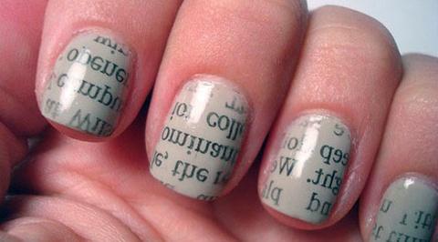 Video nagels lakken met letters uit kranten is een nieuwe trend.-