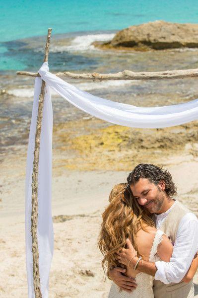 Casamento mágico em Formentera. Fernando + María · Vestido de noiva YolanCris. #NoivaPraia #Magico #Casamento #Casamarela #Casamento #VestidoDeNoiva #Verao #Estilo #boho #chic #Vestido #YolanCris
