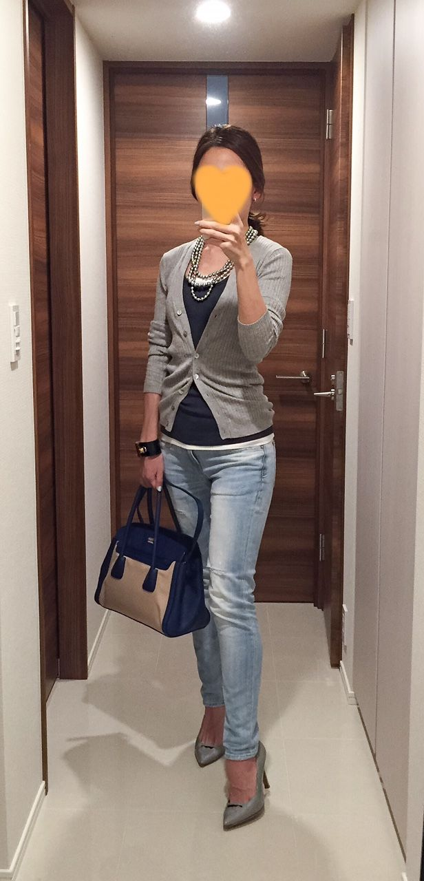 Grey cardigan: ZARA, Grey tank: GAP, Denim: Red Card, Bag: PRADA, Grey pumps: PELLICO