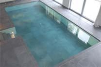 Moving floor swimming pool