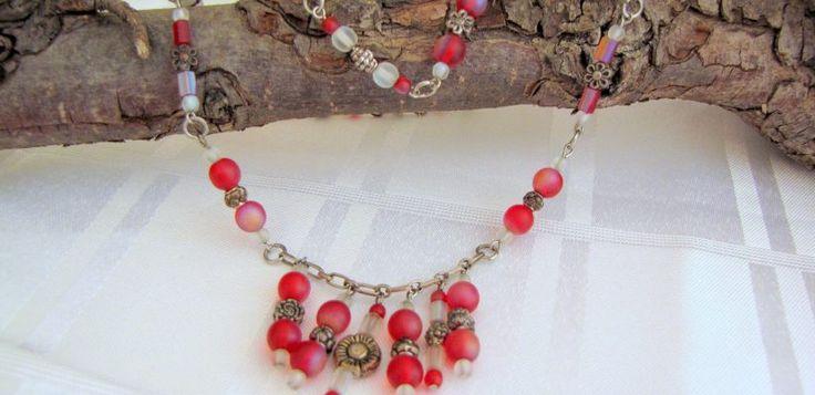 Rode ketting - Creatief en Simpel - Ga naar onze site voor de uitleg en nog meer sieraden en leuke ideeen om zelf te maken.
