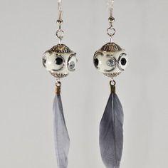 Boucles d'oreilles perle indienne et plume grise