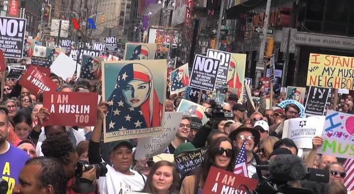 """Hari Minggu kemarin ribuan warga Amerika berkumpul di kota New York menunjukkan solidaritas kepada umat Muslim dalam aksi """"I Am a Muslim Too"""".  Aksi ini diikuti kelompok Nasrani, Yahudi dan sejumlah selebriti AS. Versi awal dipublikasikan pada - http://www.voaindonesia.com/a/aksi-i-am-a-muslim-too-di-new-york/3733039.html"""