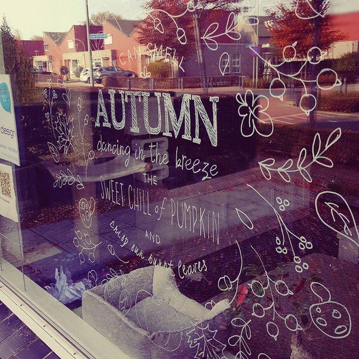 Herfst raamdecoratie.  In 4 stappen je eigengemaakte raamtekening! Teken op je raam, glazen deur of een ander transparant glad oppervlak! In de shop vind je leuke ontwerpen voor alle gelegenheden! Print je ontwerp uit en tekenen maar!   #autumn #chalkboard #chalk #window #idea #krijtstift #raam #raamtekening