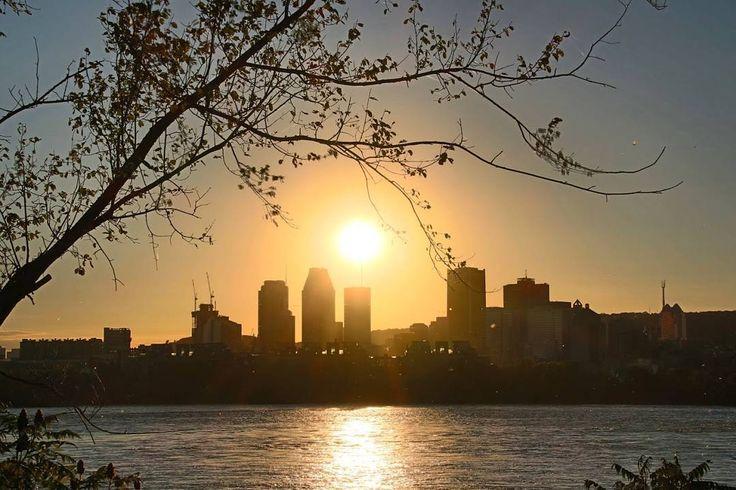 SÉRIE CANADÁ DE LESTE A OESTE!  Conhecidas as principais atrações de Montreal é hora de fechar a cidade com chave de ouro. Que tal assistir ao pôr do sol noParc Jean-Drapeau? Fica aí a nossa dica!  Para ver todos os posts que publicamos no Instagram sobre esta série acesse a hashtag #canadacompegadas. Até a próxima.  Tem alguma dica sobre Montreal? Deixe-a nos comentários os viajantes agradecem!   #sunset #pordosol #canada#visitcanada #montreal #pegadasnaestrada…