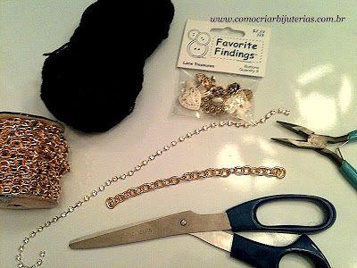 Hoje eu vou mostrar duas formas de fazer uma pulseira com os mesmos materiais. Um modelo é mais demorado e complicado. O outro modelo é bem simples. Vamos ver? Primeiro vamos aos materiais:-Você vai precisar de corda de seda ou cetim preto;-Corrente dourada com elos médios;-Um botão vintage (Eu usei um no formato de rosa);-Um ...