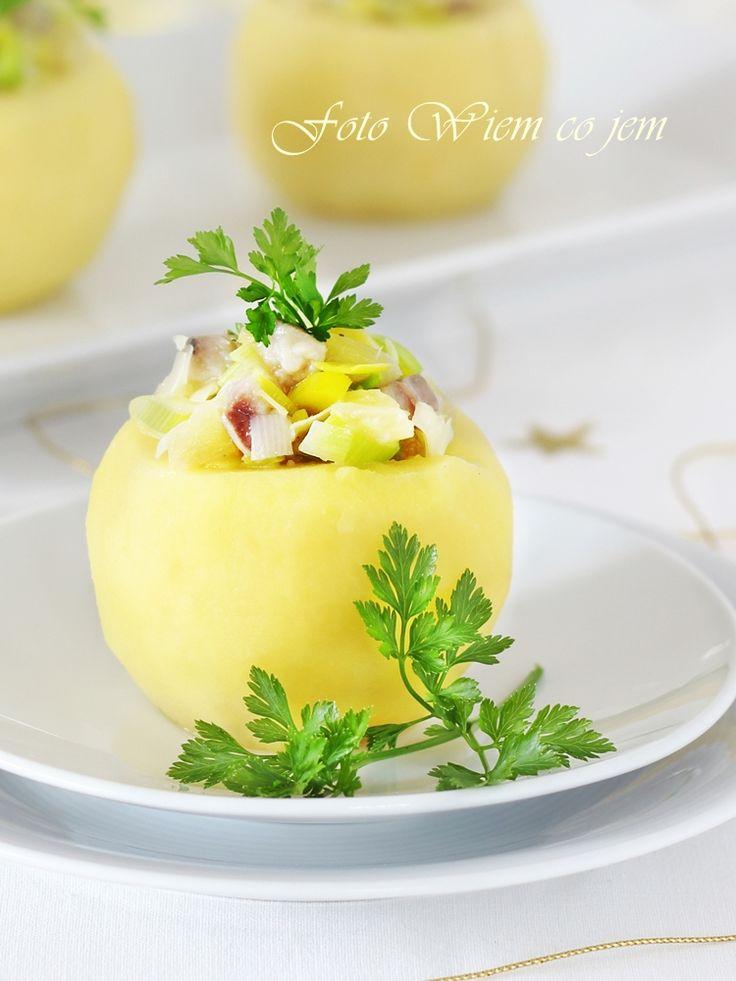 Wiem co jem - Sałatka śledziowa z ananasem podana w korzennym jabłku