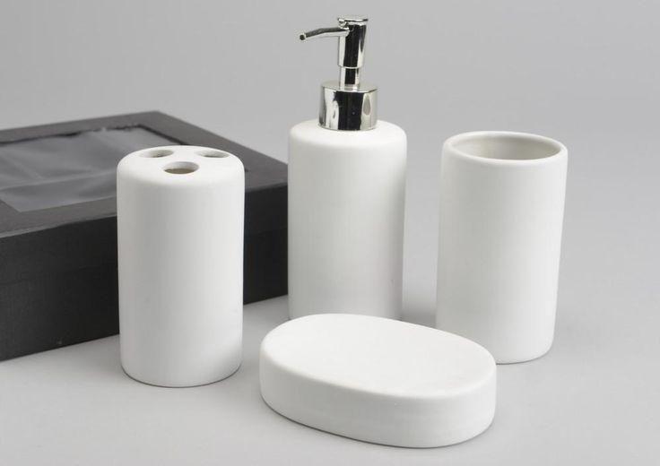"""Uniformisez la déco de votre salle de bain avec des accessoire sobres, aux lignes épurées et modernes. Ce coffret d'accessoires de salle de bain """"Elsa"""" comprend un porte savon, un gobelet, un distributeur à savon et un porte brosse à dent. Ces objets sont en porcelaine."""