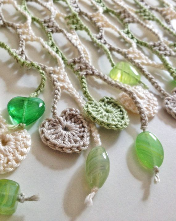 Dieser schöne Sommer-Schal wurde mit Baumwollgarn gehäkelt. Die Enden sind von einer Reihe von feinen kleinen gehäkelten Herz Motive komponiert und gemischt Motive Perlen. Das Farbmuster wurde sorgfältig ausgewählt, basierend auf Natur Lichtfarben grün und Creme. Die Wirkung ist erstaunlich hell und zart.  Ungefähre Abmessungen: 23 x 144 cm.  Material: 100 % Baumwollgewinde 4 PLY; Tschechische Glasperlen.  Alle meine Kreationen sind einzigartig in der Art, dass ich nie genau die gleiche…