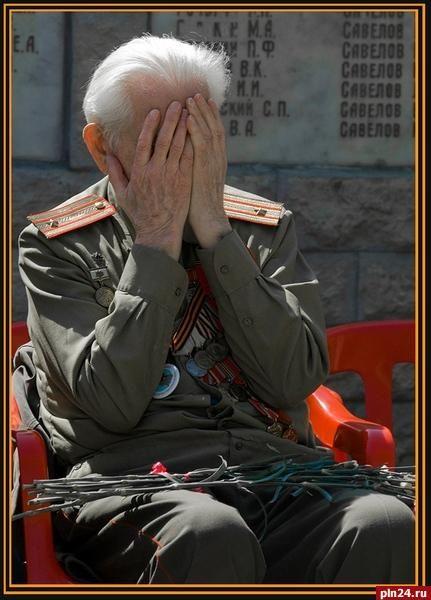Испытание для Дня Победы «Война – это грязь и кровь», – сказал мне, первокурснику, прошедший войну преподаватель. «Если бы я помнил войну так, как помнил её во время войны, я не дожил бы до сегодняшнего дня», – сказал другой. Обоих сейчас уже нет в живых. Эти встречи открыли мне символы войны и символы Победы: настоящие (не юбилейные) военные ордена, наградные листы, карандашные письма с фронта, фотографии с короткими посланиями на обороте. Никто не знал, будет ли следующее. Эти символы и…