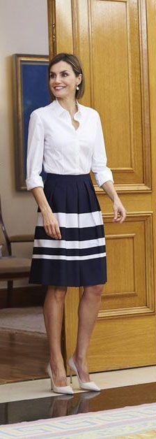 Pour faire sa rentrée royale, une semaine après la reine Maxima des Pays-Bas, la reine d'Espagne associait sobriété et élégance dans une tenue bicolore. Elle avait choisi de porter un chemisier blanc aux manches retroussées et une jupe rayée bleue marine et blanche signée Hugo Boss. À gros plis sur le devant et droite derrière, celle-ci lui arrivait juste au dessus du genou. Letizia, qui s'était chaussée d'escarpins blancs à talons aiguilles, exhibait son carré bob parfaitement lissé.