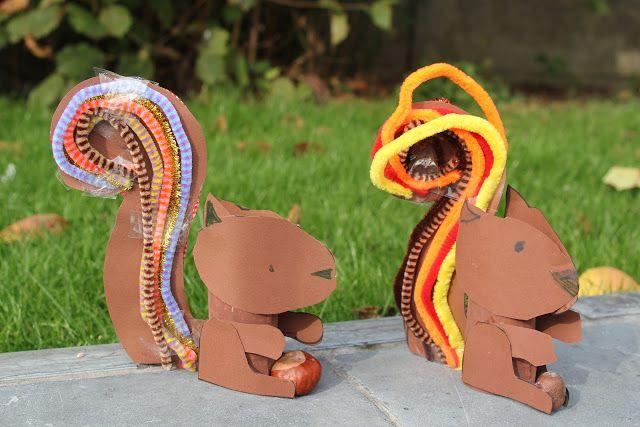 Een eekhoorntje gemaakt uit karton, wc-rolletje en pijpenragers een eikel en een kastanje.