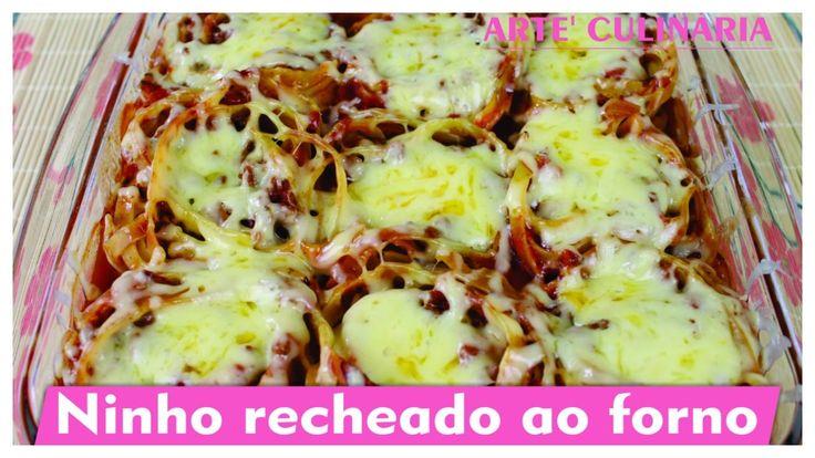 NINHO RECHEADO AO FORNO Os ingredientes são: 3 colheres (sopa) de bacon picado 2 dentes de alho amassado 1/2 cebola picada 400g de carne moída 1 sachê de tempero para carne 1 cubo de caldo de carne Orégano (a gosto) Pimenta do reino (a gosto) Sal (a gosto) 2 colheres cheias de extrato de tomate 100g de mussarela picada Pimentão vermelho 510g de molho de tomate pronto 1 xícara (chá) de água Macarrão Fettucine (ninhos) Queijo parmesão ralado fresco