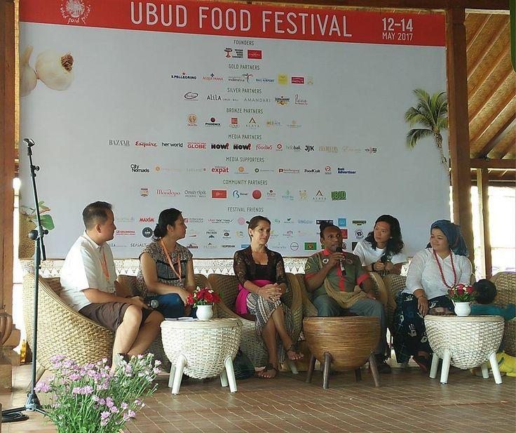 Charles Toto the Jungle Chef dari Papua ini adalah chef hotel berbintang yang berinovasi dengan menjadi koki pribadi ke hutan-hutan menggunakan materi alami di sana. Juga membangun komunitas adat mengenal dan memetakan kekayaan kuliner alami Papua.  Ubud Food Festival dimulai hari ini. #uff17