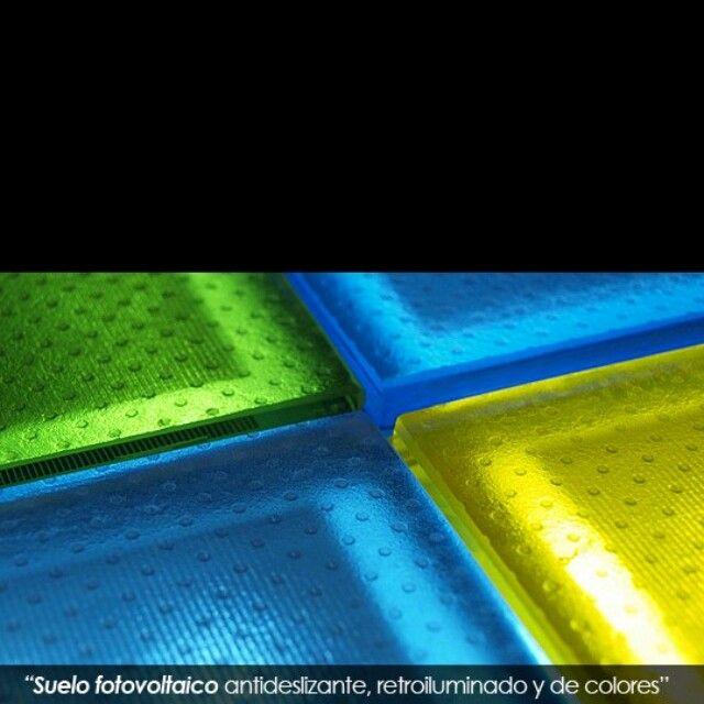 Piso en vidrio fotovoltaico con retroiluminación cumple todas las normas para uso en pisos www.onyxsolar.com