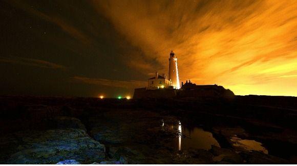 Stunning skies as dawn breaks over lighthouse - ITV News