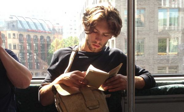 21 de indicii că ești cucerit cu adevărat de o carte