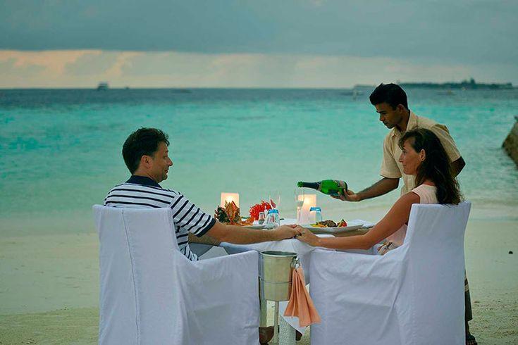 На необитаемом острове Лонубо на Мальдивах открылся ресторан Dhoni Sunset Bar and Restaurant. Его гости могут провести незабываемый романтический ужин, побегать босиком по белоснежному песку или покататься на водных велосипедах.