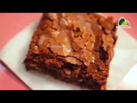 RECEITA-BROWNIE-CHOCOLATE COM AVELÃS O brownie é uma sobremesa deliciosa e já popular no cardápio brasileiro.  E como as férias de verão estão aí, nada melhor do que preparar essa  delícia para as crianças.  A Chef Fabiana Schmaedecke, que fez a receita, deu também uma boa dica  para facilitar o preparo das avelãs: basta tostá-las por cinco minutos  para tirar a pele, que tem o sabor mais amargo.