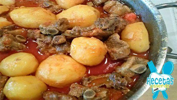 Que ricas están las costillas con patatas!!! Hay que hacerlas a fuego lento para que la patata coja todo el sabor, es una receta de mi suegro.