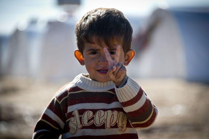 Un niño muestra la señal de la paz en un campo de refugiados situado en la frontera de Siria y Turquía, cerca de la ciudad norteña de Azaz en esta imagen de diciembre de 2012. ODD ANDERSEN / Getty Images