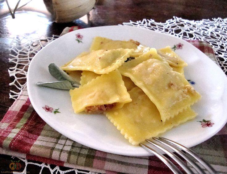 Ravioloni provola e Speck. Oggi vi propongo un primo piatto un pochino laborioso, ma che vi darà tanta soddisfazione, i vostri commensali saranno felici ...