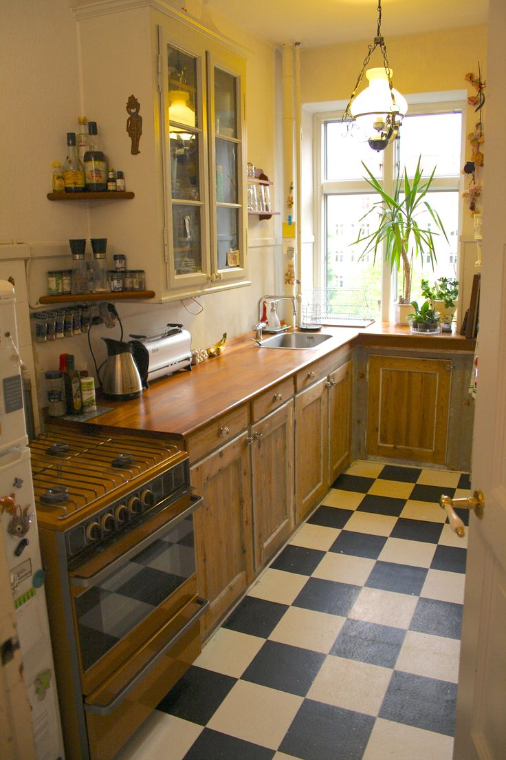 Stay in this small apartment with fully functional kitchen and dining table in the lounge. Full tv package, internet and washing machine. 2 bus lines goes to the centre and the Metro line is nearby.