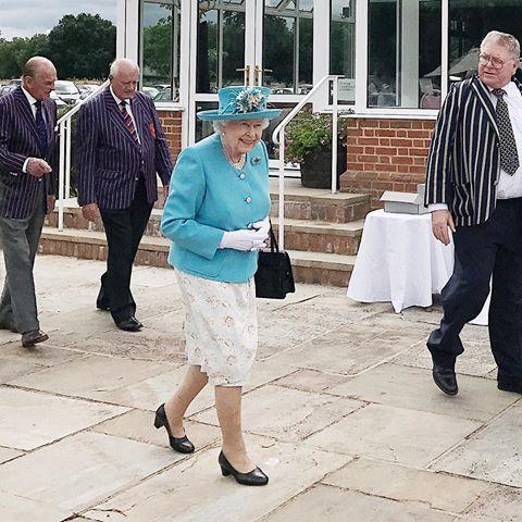 NOT your average Sunday... tantas coisas para dizer nessa legenda, mas só uma realmente expressa o que senti ao ver ao ver Queen Elizabeth ao vivo, a cores e tão de pertinho: QUE FOFURA!!! Vic Ceridono | Dia de Beauté