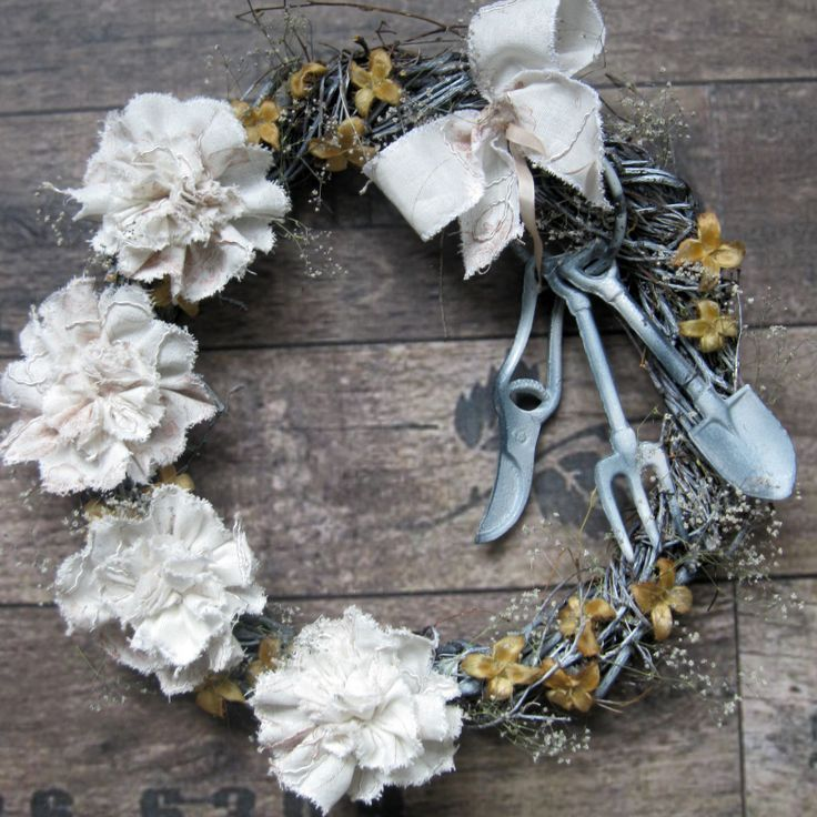 Jaro i podzim.. Jarní ipodzimní věneček na břízovém základu s masivním železným dekorativním nářadím, dozdobený látkovými květinami, bukvicemi, šáterem, laděno do bílé barvy, trocha nostalgie.Průměr věnečku 31 cm.
