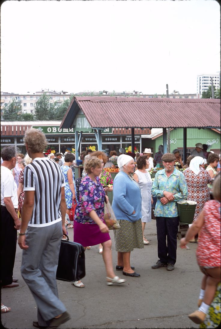Полосатая тенниска и более узкие брюки - деревенский модник. Мужик в мешковатых штанах и цветастой рубахе - явно сельский житель на празднике.
