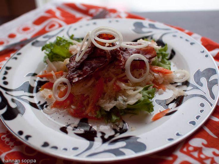 Kokki Kolmosen hapankaalisalaatti. Kaikkien tunteman Jaakko Kolmosen reseptiä soveltamalla tehty raikas salaatti.