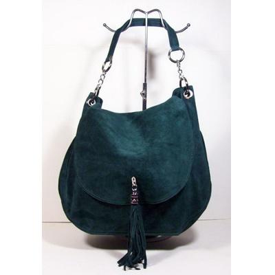 http://jouweigenkracht.nl/shop/categorieen/groene-suede-tas/  suede gevoerde tas met klep, kwast, rits en lange hengsel  breedte 38 cm hoogte 36 cm
