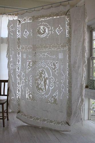 「フランスアンティーク エンジェルのフィレレースとカットワークのベッドカバー 」ココン・フワット Coconfouato [アンティーク&雑貨] アンティーククロス アンティークファブリック アンティークテキスタイル ファブリック レース --cloth--