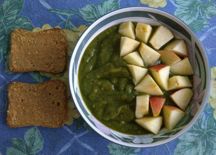 Batido de espinacas, apio, papaya, plátano, kiwi, dátiles y semillas de lino dorado con manzana y dos tostadas de crema de cacahuete.