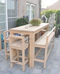 hoge tafel met 2 banken hoog en 2 krukken  gemaakt uit gebruikt steigerhout  super afwerking