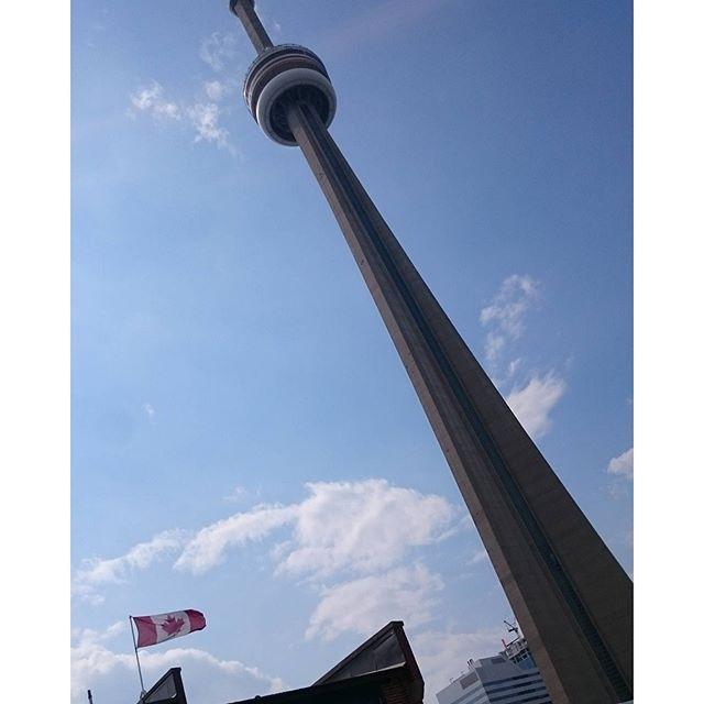 【channodaaa】さんのInstagramをピンしています。 《CNタワー🗼  でかすぎて写真くそ微妙(笑)  登りたいとは思わんかった  #CNタワー#ユニオン#でかい#駅も#広い#ビル#多い#暑い#アクアリウム#なんにもない#カナダ#トロント#リオ#オリンピック#はじまったね#眠い#ポテチ#メトロ#スーパー#ミニッツメイド#リンゴジュース#リッターチョコ#ホワイト》