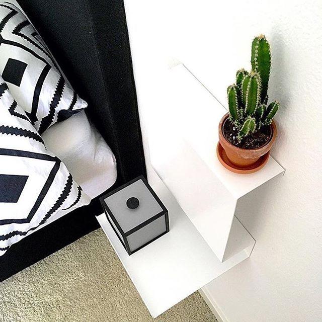 Hos @pernille_sehested hænger de fine Ledge:able hylder fra Anne Linde som sengeborde i soveværelset - de er perfekte både til opbevaring af bøger og blade og til nips  Se udvalget af Anne Linde hylder på Designfavoritter.dk - direkte link i bio  #design #designfavoritter #designfavoritterdk #designfavoritter_dk #bolig #interiør #indretning #webshop #minimalisme #nordicliving #skandinavisk #nordic #boligindretning #annelinde #hylde #hylder #ledgeable #sengebord #soveværelse #kaktus