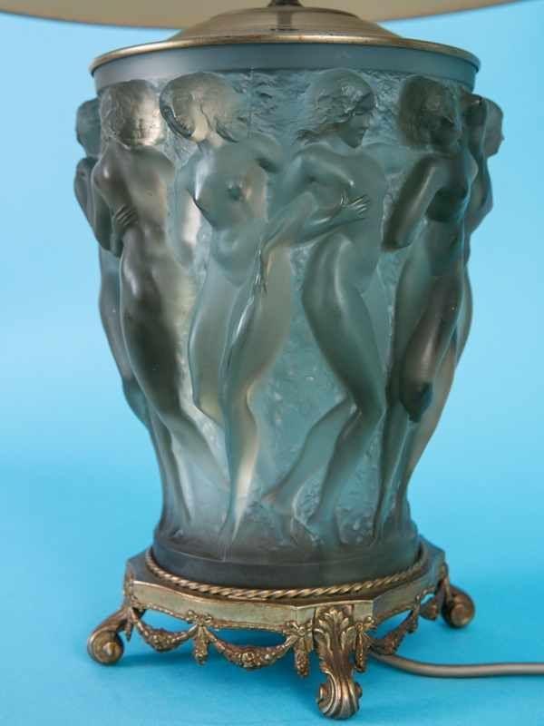 """Lalique-Vasen-Lampe """"Bacchantes"""", Lalique/Frankreich, 20. Jh. Rauchfarbiges satiniertes Glas mit M"""