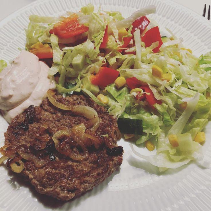 "(@framigtilmig) på Instagram: ""Når min dejlig mand laver mad mens jeg bruser efter gym!!😍 #healthyfood #protein #proteinandveggies…"" hamburgare burgare nötkött stekt lök sallad sås sauce burger løg"