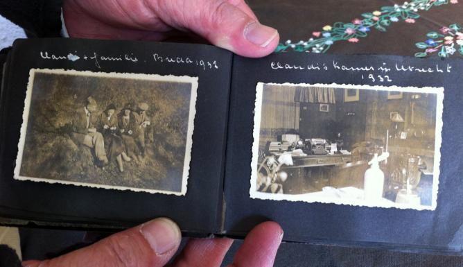 leuk dat hij weer terug is Nederlands-Indisch fotoalbum terug bij familie in Voorburg | Omroep West