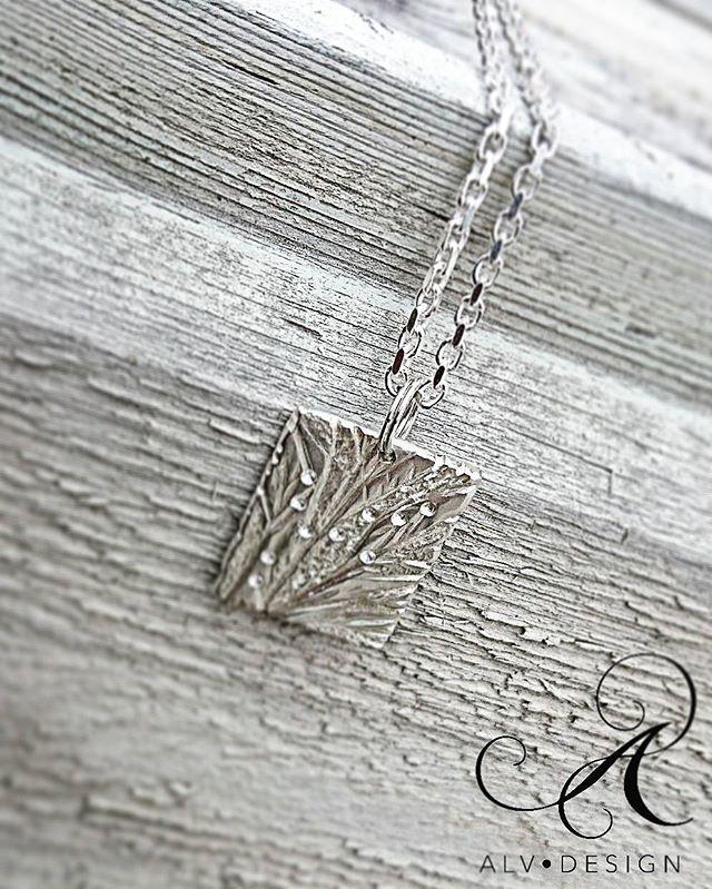 Ett nytt sirligt, skulpterat hänge är snart färdigt! Detta hänge i klassiskt 925 silver mäter 20x25 mm och kostar  1500 KR exkl kedja.  Finns även att beställa med kedja,  kort eller lång.  Designat och arbetat av  silverdesigner och konstnär Anneli Lindström, Alv Design. Varje hänge är givetvis unikt.  Vill du också beställa ett personligt hänge?  Maila info@alvdesign.se  www.alvdesign.se  Välkomna!