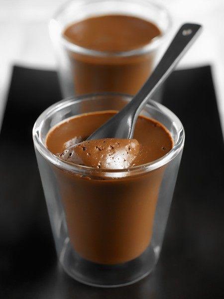 Ingrédients: Pour 4 petit pots: 200 g de chocolat noir 300 ml de crème liquide 2 jaunes d'œufs 20 g de beurre demi sel Préparation: Dans une casserole,faire chauffer la crème liquide sur le feu moyen jusqu'à l'obtention d'un très léger frémissement. Retirer du feu etajouter le chocolat hachégrossièrement. Laisser reposer ainsi quelquessecondes ; le …