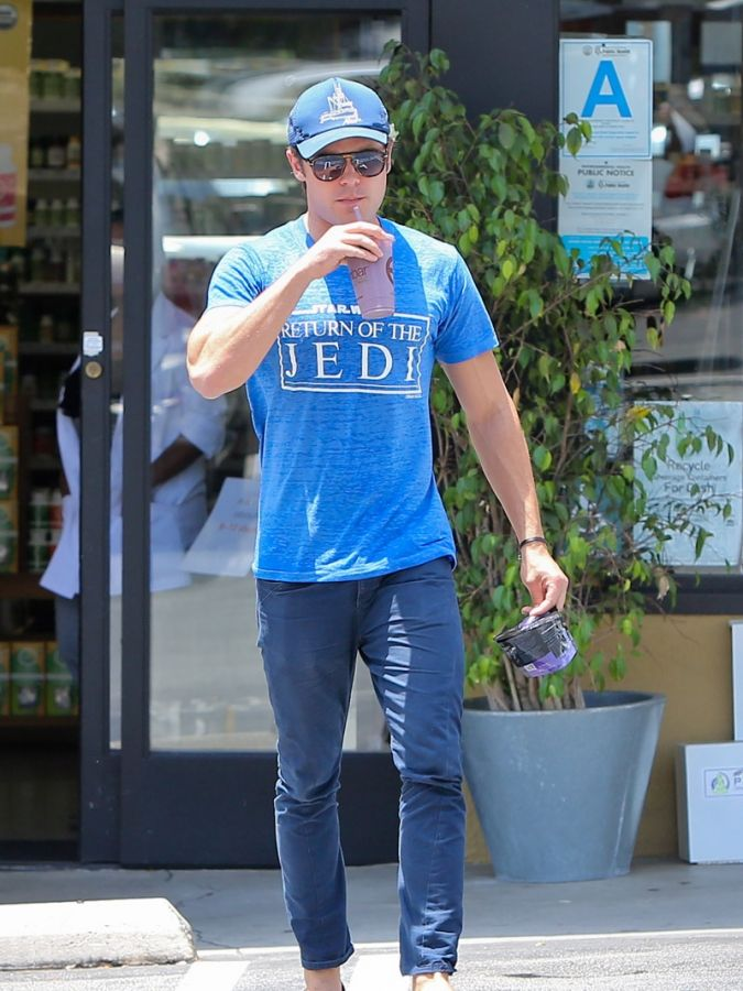 July 12, 2013: Zac Efron is seen picking up a fresh juice from EarthBar today in West Hollywood, California.