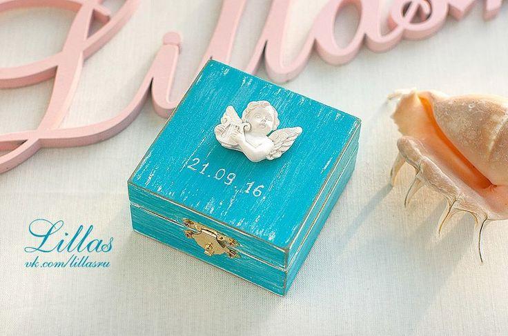 Голубая коробочка для колец с ангелом. Окраска под винтаж с датой свадьбы. Внутри на крышечке надпись We Do, и голубая подушечка на которой удобно разместятся колечки, а после свадьбы можно использовать как шкатулку для украшений. В наличии. На заказ можн - фото 9600728 Свадебные аксессуары и украшения Lillas