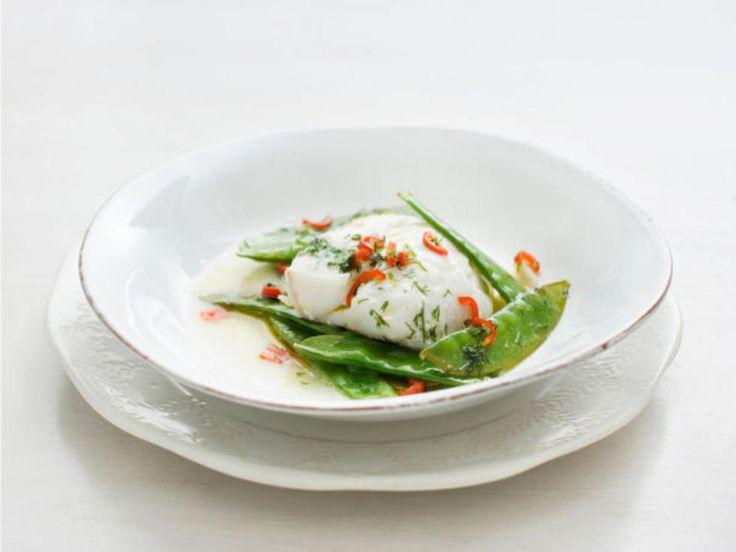 Lettsaltet torsk og sukkererter i folie med dill- og chilismør.