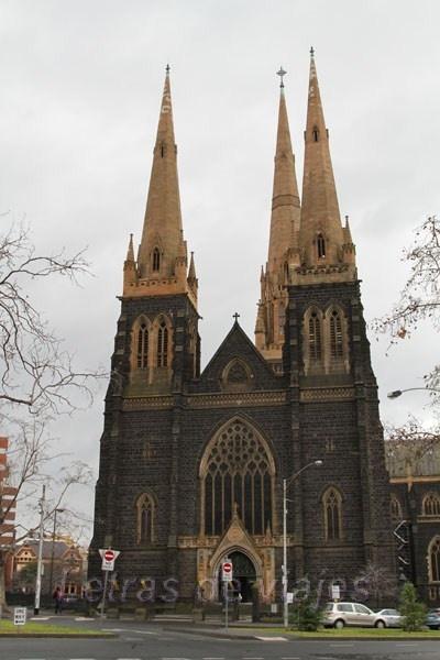 St Patrick's Cathedral, Australia - Melbourne. Se empezó a construir en 1858 en piedra azul, diseñada en estilo neogótico y basándose en las catedrales medievales de Inglaterra. La construcción se culminó oficialmente en 1939 y se convirtió en la iglesia más grande del siglo XIX en todo el mundo.