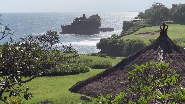 Auf der Urlaubsinsel soll ein Luxus-Hotelturm unter der Marke des US-Präsidenten entstehen. Dabei darf dort kein Haus höher sein als eine Kokospalme, sonst weckt das den Zorn der Götter. Aber auch Reisbauern sind sauer.