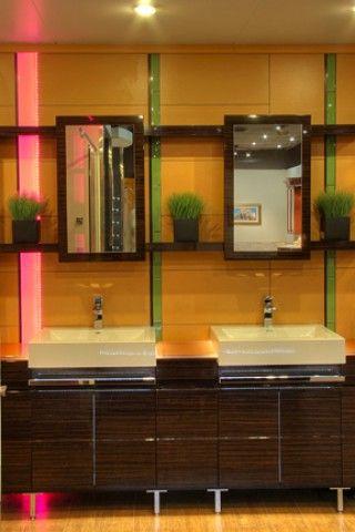Salle de bain avec 2 lavabos et éclairage de couleur 2.