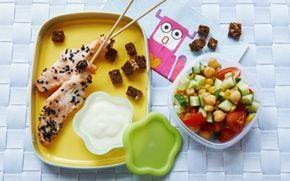 Laksespyd med salat og sprøde rugbrødscroutoner De fleste børn elsker laks og det er derfor oplagt at give dem disse saftige spyd med på madpakke.